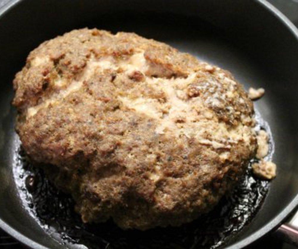 Röstzwiebelhackbraten mit Röstzwiebelkartoffelpüree und Kohlrabi