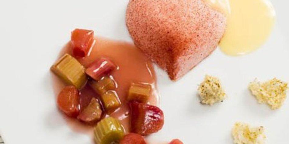 Frühlings-Eierlikörvariation mit Erdbeeren und Rhabarber