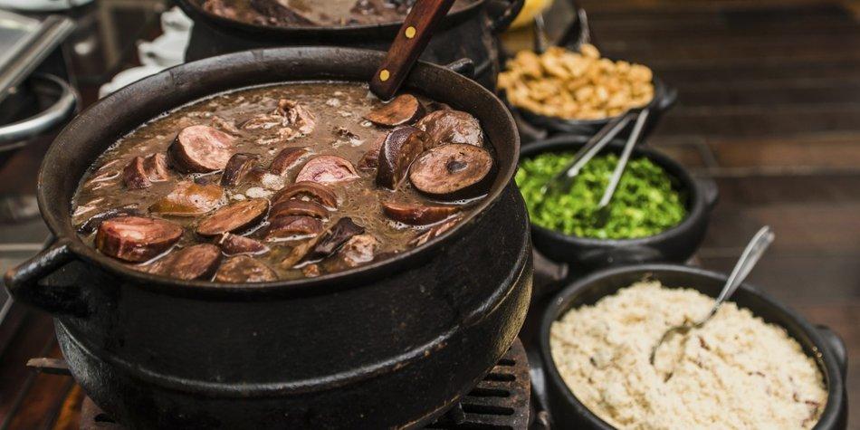 Feijoada mit schwarzen Bohnen gehört zu den Nationalgerichten in Brasilien.