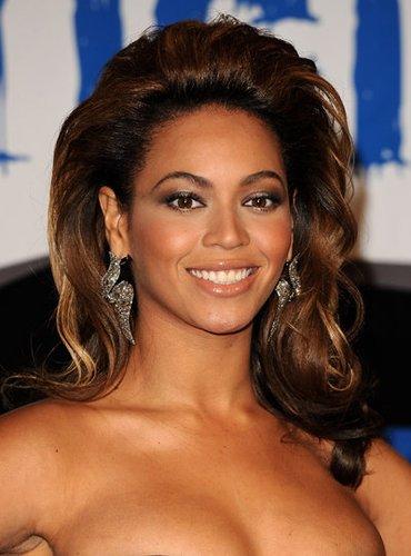 Beyonce Knowles mit auftoupierten Wellen