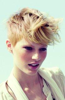 Blonder Pixie Cut mit langer Ponypartie