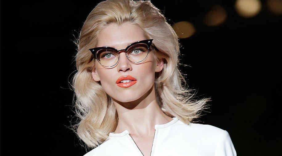 Model mit Brille