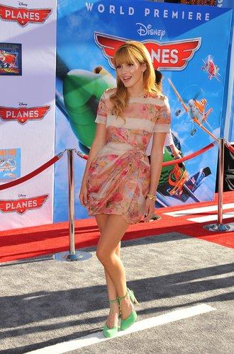 Bella Thorne auf dem roten Teppich einer Filmpremiere