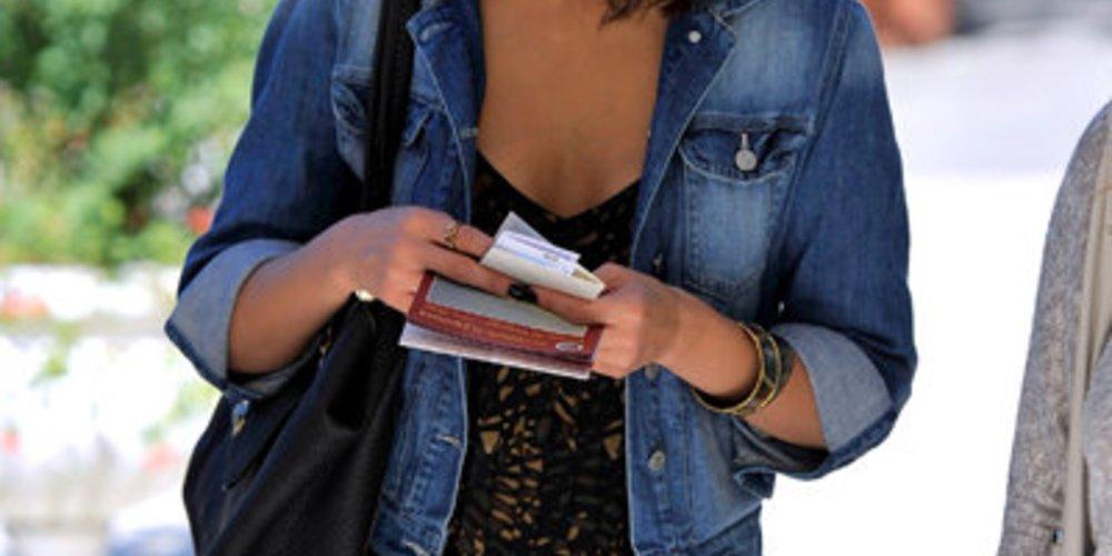 Jeans Look: Jessica Alba trägt eine Jeansjacke