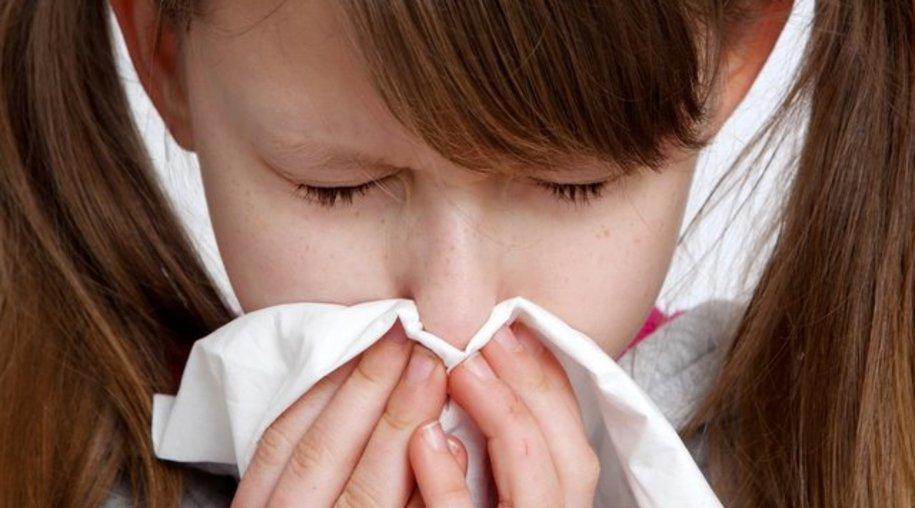 Eine laufende Nase kann sowohl an einer Erkältung als auch an einer Allergie liegen.