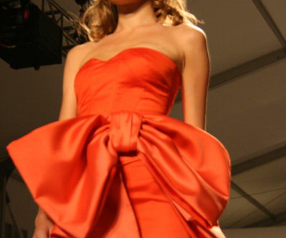Bustierkleid in knalligem Orange mit Reisenschleife von Pamella Roland auf der Fashion Week New York 2010