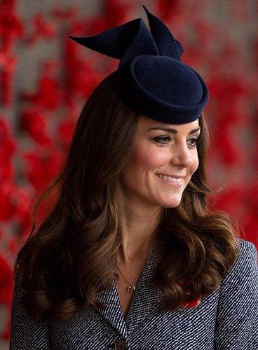 Kate Middleton: Lange Wellen mit Fascinator