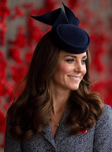 Kate Middleton: Lange Wellen mit Fascinator