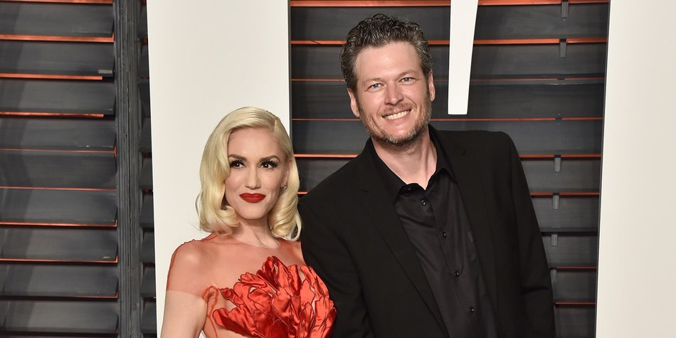 BEVERLY HILLS, CA - FEBRUARY 28: Recording artists Gwen Stefani (L) and Blake Shelton attend the 2016 Vanity Fair Oscar Party Hosted By Graydon Carter at the Wallis Annenberg Center for the Performing Arts on February 28, 2016 in Beverly Hills, California. (Photo by Pascal Le Segretain/Getty Images)