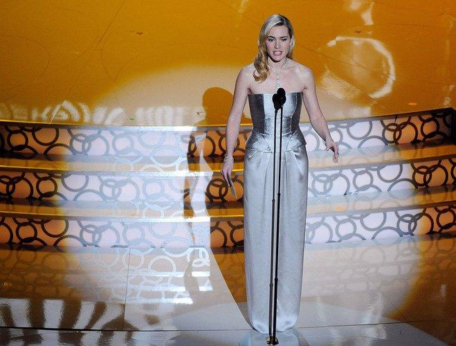 Kate Winslet bei den Oscars auf der Bühne