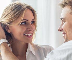 Mann streicht seiner Freundin die Haare aus dem Gesicht