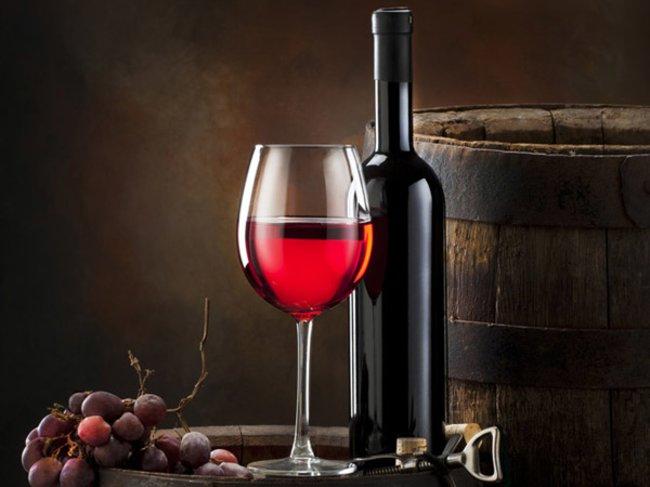 Weinglas und Rotwein