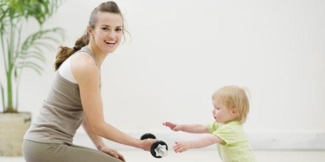 Nach der Schwangerschaft abnehmen: Mami mit Baby beim Sport.