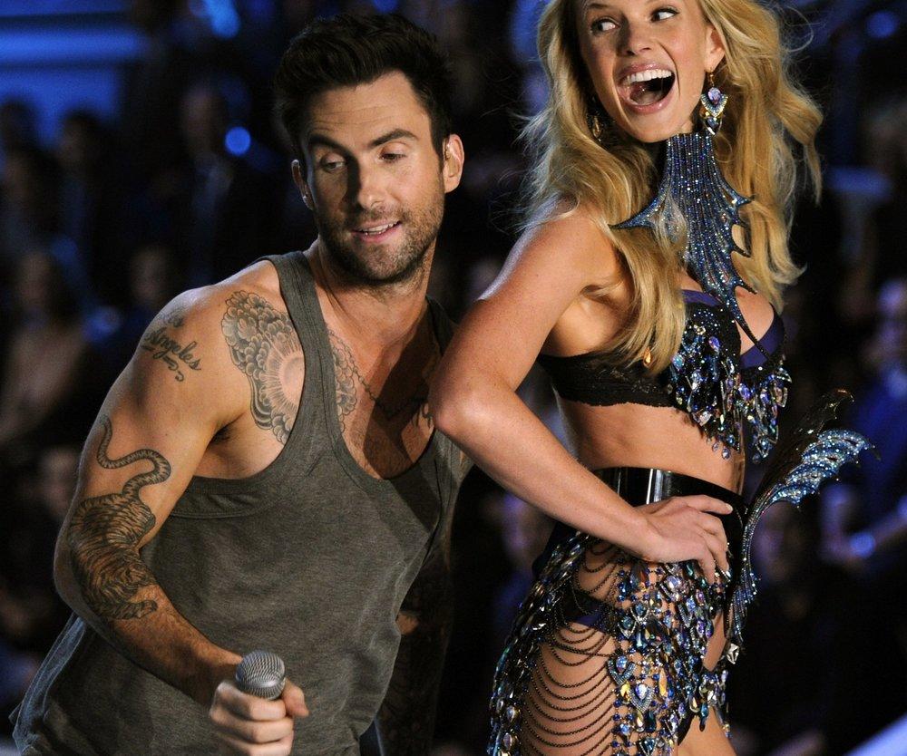 Adam Levine rockt mit den Models