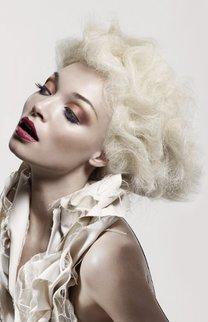 Platinblonde Wellen à la Marilyn Monroe