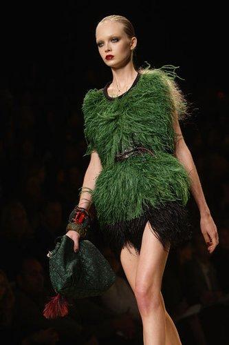Extravagantes Minikleid mit Federn in schwarz und grün von Marc Jacobs für Louis Vuitton