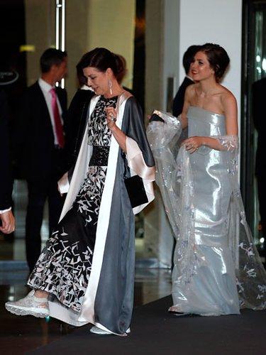 Rosenball in Monaca: Charlotte Casiraghi in glänzender Robe und Prinzessin Caroline mit Turnschuhen zum Abendkleid.