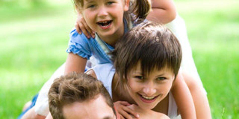 LBS-Kinderbarometer 2012: Mehr Papa-Zeit gewünscht