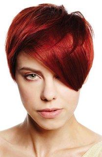 Roter Pixie Cut mit schrägem Pony