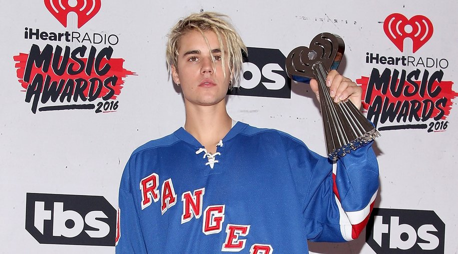 INGLEWOOD, CALIFORNIA - APRIL 03: Singer Justin Bieber, winner of the awards for Best Male Artist and Best Dance Song, poses in the press room during the iHeartRadio Music Awards at The Forum on April 3, 2016 in Inglewood, California. (Photo by Jesse Grant/Getty Images for iHeartRadio / Turner)