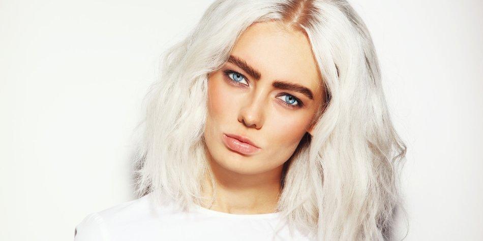 Haare weiß färben