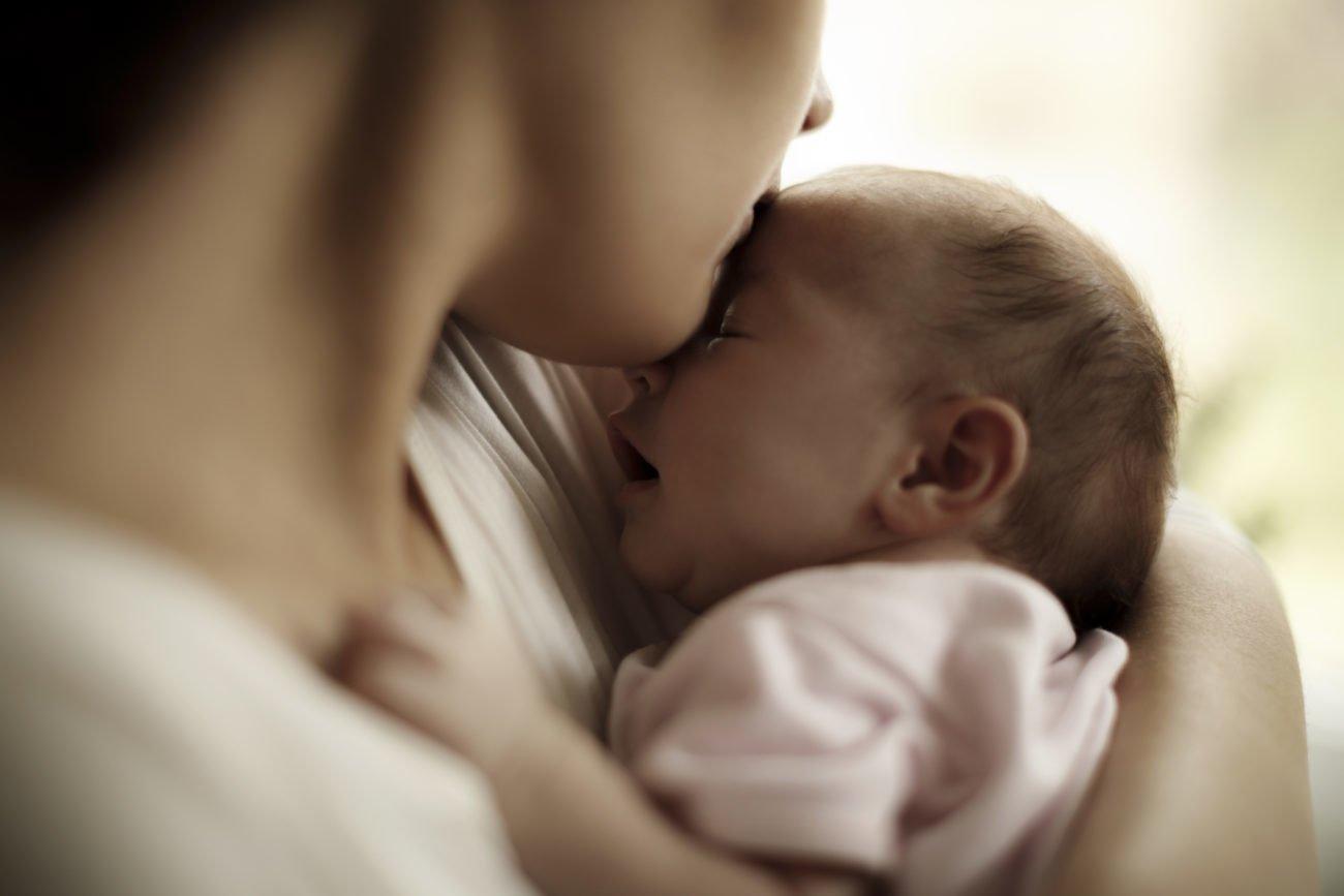 Mutter und Baby im Wochenbett