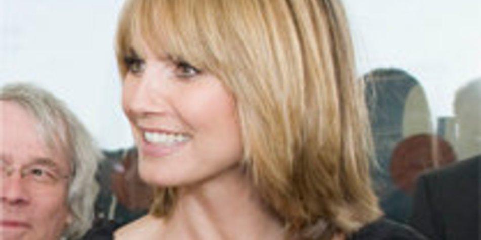 Heidi Klum zeigt ihre neue Frisur und frisiert Jay Leno