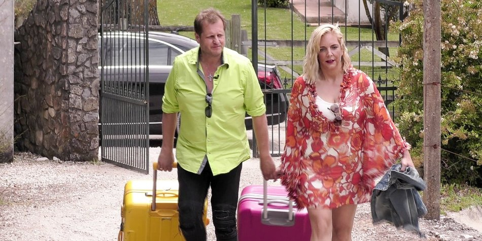 """Jens und Daniela Büchner auf dem Weg in das """"Sommerhaus der Stars"""". Die beiden sind gespannt, mit wem sie die nächste Zeit auf engem Raum zusammen wohnen werden."""