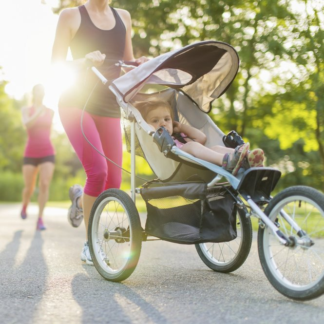 Mutter joggt mit Kinderwagen