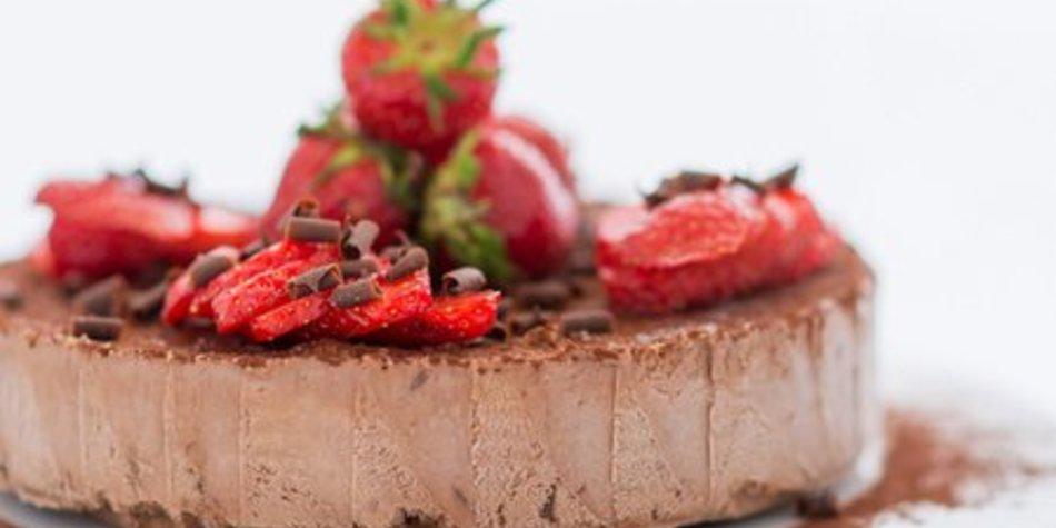 Nougat-Parfait mit Schokosplittern und Erdbeeren