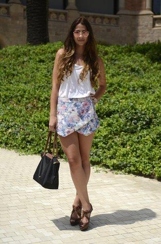 Eine Besucherin der Barcelona Fashion Week