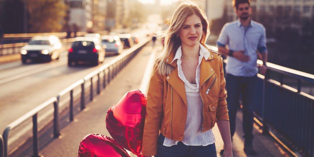 Du möchtest eine Beziehung frei von Eifersucht? Mit diesen Tipps kannst du dich und deinen Partner vor giftigen Szenen schützen.