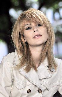 Langer Stufenschnitt in Blond
