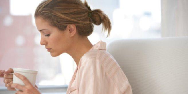 Hypothalamus: Frau mit Tasse am Fenster