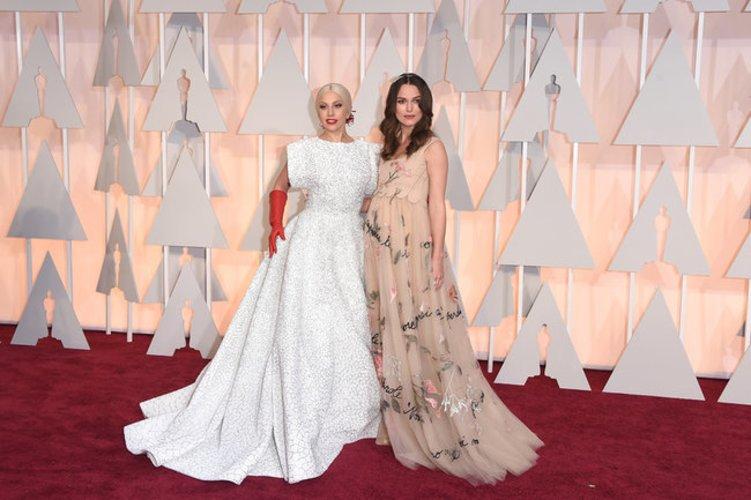Lady Gaga zusammen mit Keira Knightley