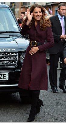 Kate Middleton in einem taillierten Mantel, der ihre schmale Taille betont.