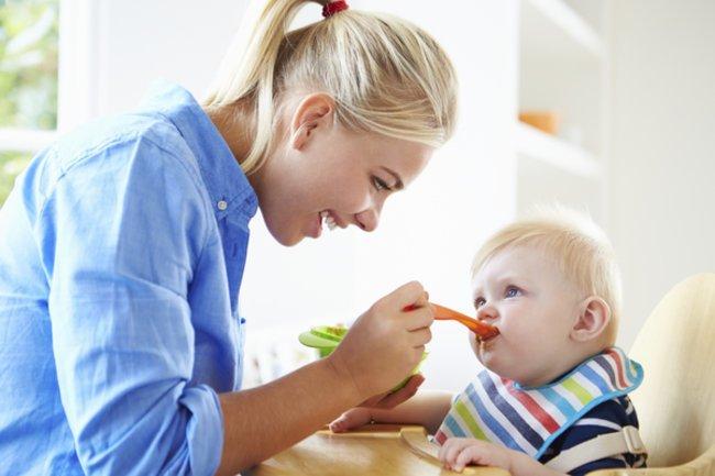 Zuckerfreie Ernährung: Mami füttert Baby.