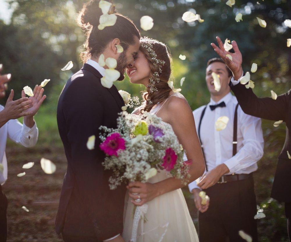 Paar heiratet und spielt Ehetauglichkeitstest
