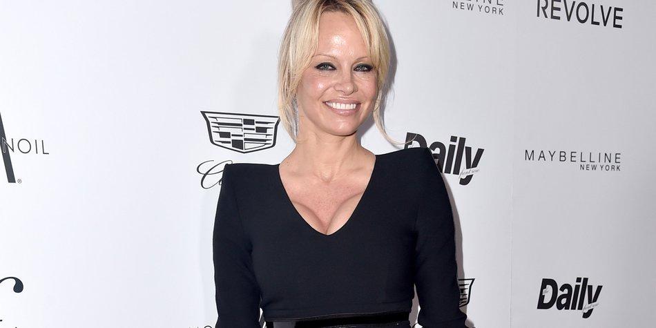 Pamela-Anderson_Alberto-E.-Rodriguez-Pret-a-Reporter_GettyImages-516749506