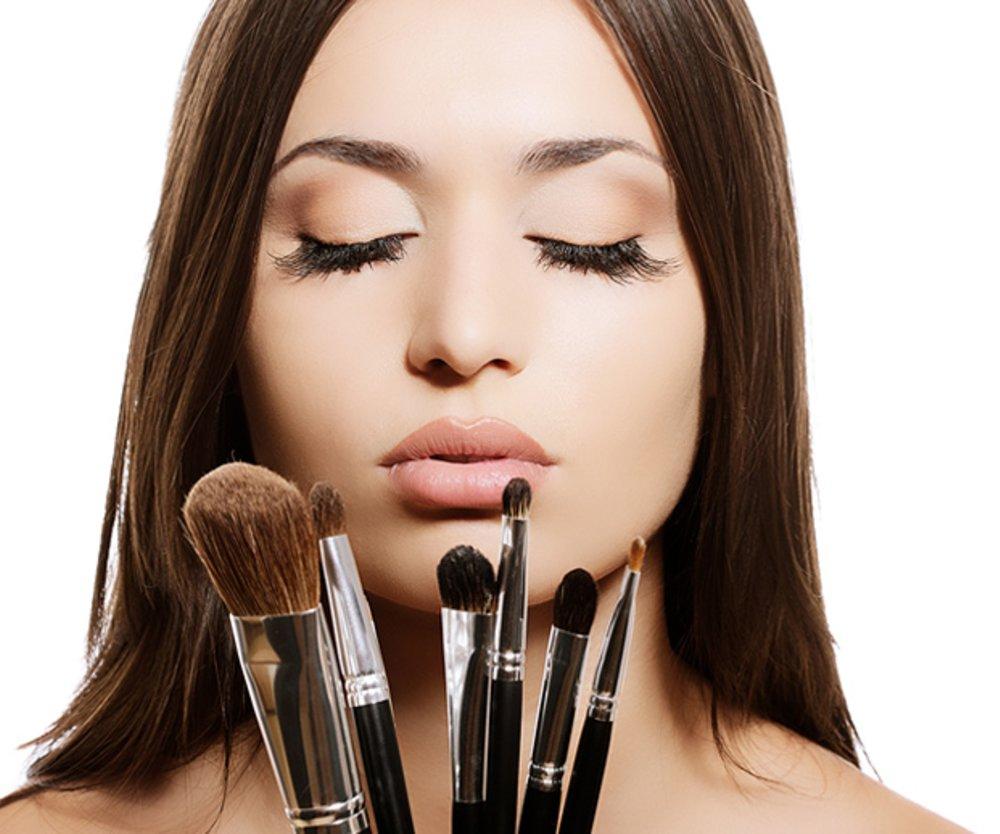 Frau mit Make-up-Pinseln