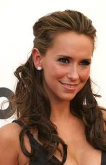 Jennifer Love Hewitt mit hochgesteckten brünetten Haaren