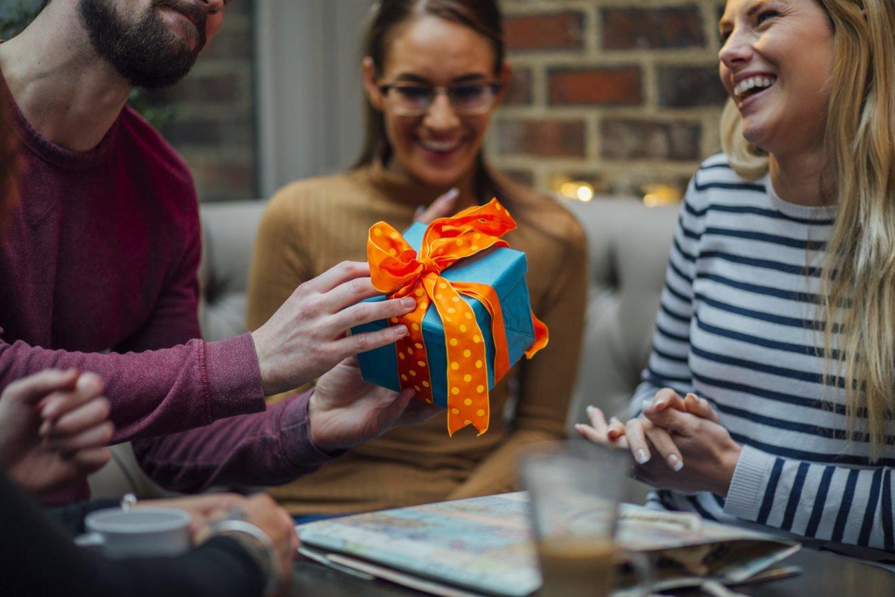 Freunde übergeben Geschenk