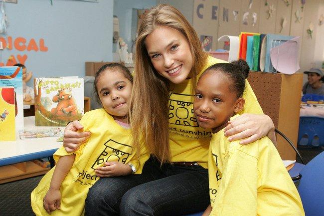 Bar Refaeli hilft 2007 einem Charity-Projekt für Kinder in New York.