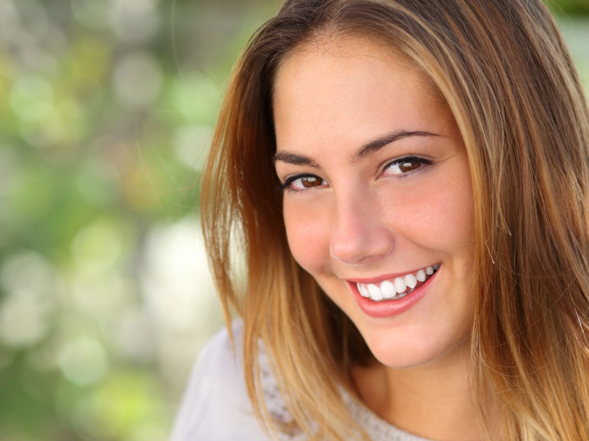 Mädchen mit weißen Zähnen