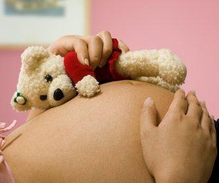 Werdende Mutter mit Teddybär