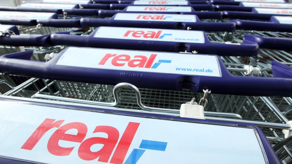 BERLIN - MARCH 05: Shopping carts of German supermarket chain Real stand outside a Real branch on March 5, 2010 in Berlin, Germany. Metro Group, which owns Real, is to announce financial results for 2009 on March 23. (Photo by Sean Gallup/Getty Images)