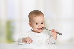 Baby 10 Monate: Vorbei mit dem Brei