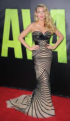 Blake Lively trägt ein Abendkleid.
