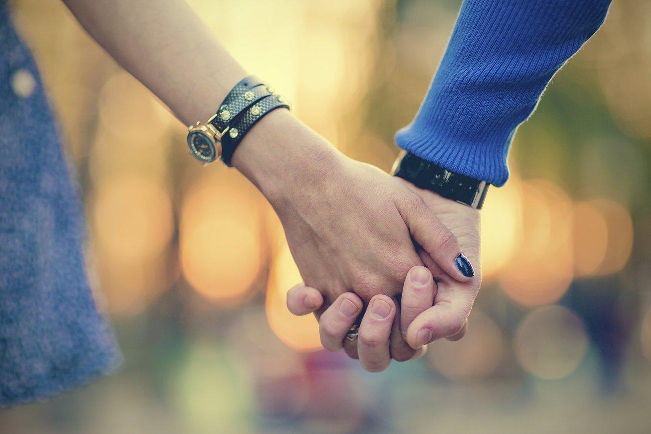 Pansexuelle schließen niemanden wegen derengeschlechtlichen Identität als Partner aus.