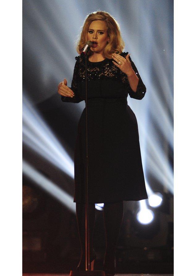 Adele in einem schwarzen Kleid